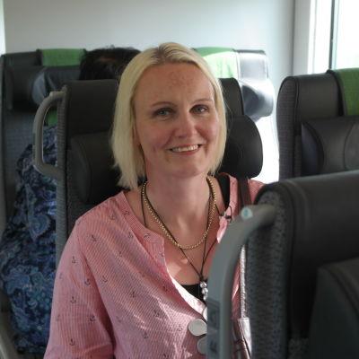 Tågpendlaren Linnea Henriksson sitter i en tågkupé