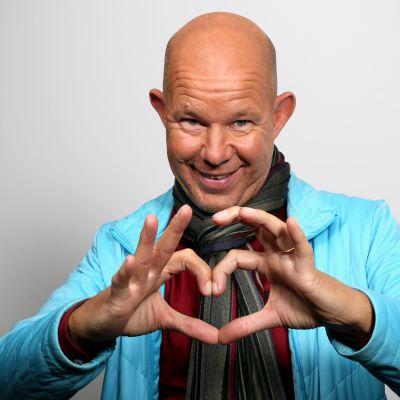 Kaj Kunnas gör en hjärtsymbol med sina händer.