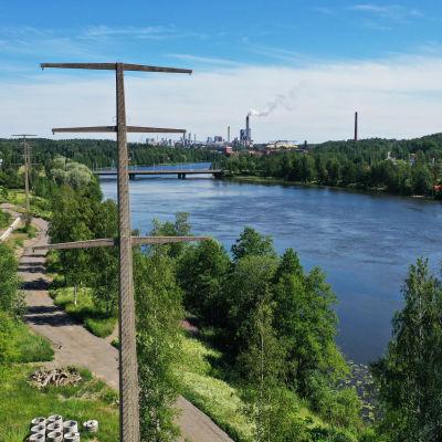 Kuusankoskella Kymijoen vierellä korkeita betonisia pylväitä