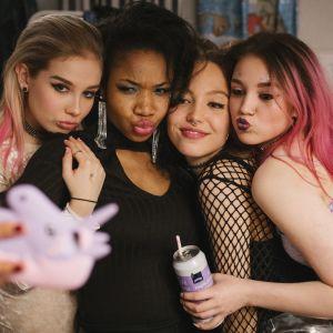 Kiira och hennes väninnor poserar för en selfie.
