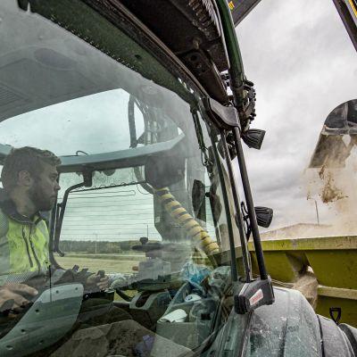 Aku Kuusela fyller på traktorn med kalk