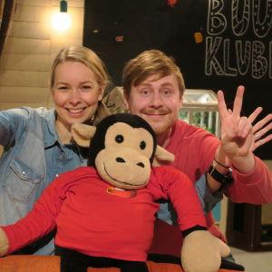 BUU-klubbsledarna Hanna Enlund och Staffan Gräsbeck vinkar till tittaren från buu-klubbsrummet