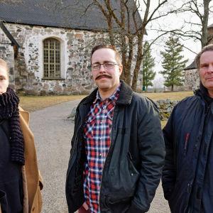 Alexandra Gustavsson, Johan Aspelin och Patrik Frisk besöker Sibbo gamla kyrka.