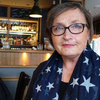 Sari Glad sitter i restaurang Bistro i Borgå