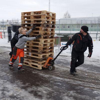 Lastpallarna behövs för konsruktionerna i VIP-tältet.