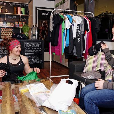 Sofia Broman och Silja Tilles packar sina ryggsäckar inför färden.