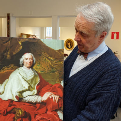 Bernt Morelius hå¨ller upp ett porträtt av kardinal de Fleury