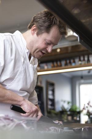 Nick Victorzon skär rödlök med kniv.