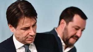 Giuseppe Conte i förgrunden och Matteo Salvini i bakgrunden.