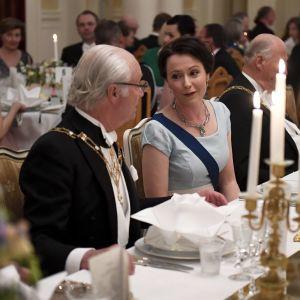 Kung Carl Gustaf konverserar med fru Jenni Haukio vid middagen på Presidentens slott den 1 juni 2017.