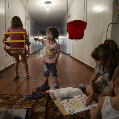 Barn leker inne i ett rekreationscenter vid en kolgruva i Donetskregionen i östra Ukraina. Barnen ingår i en grupp på cirka 70 flyktingar från Slovjansk.