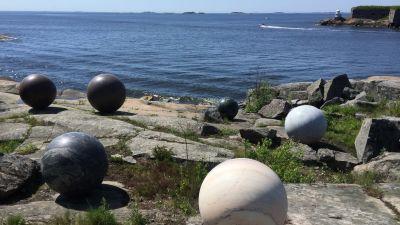 Stora kulor av natursten på strandklippor på Skanslandet.