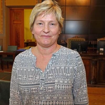 Stina Lindgård i fullmäktigesalen.