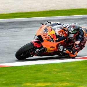 Mika Kallio kör en motorcykel i VM-serien i roadracing.