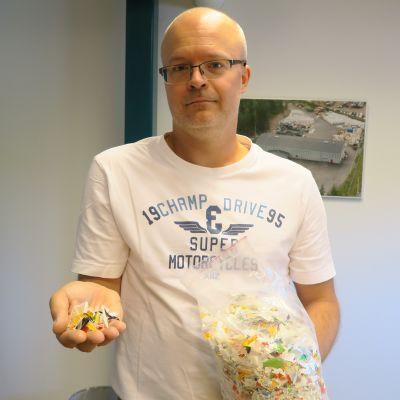 Mikko Koivuniemi ja muovisilppua