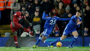 Sadio Mané avfyrar ett skott i en match mot Leicester.