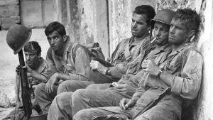 Michael Callan, George Hamilton, Vincent Edwards, James Mitchum ja George Peppard elokuvassa Voittajat