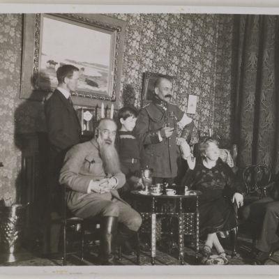 Akseli Gallen-Kallela seurueessa Helsingissä 1919. Henkilöt vasemmalta Dr. Perrit, Sigurd Wettenhovi-Aspa, tuntematon lapsi, Akseli Gallen-Kallela, Mascha Heiroth (Marie Djakoffsky) ja Emil Wikström.