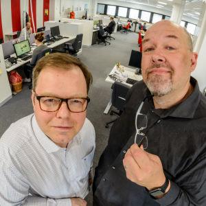 Patrik Schauman och Marcus Rosenlunds promofoto för podden Besserwisser. Fotat uppifrån i redaktionslandskapet.