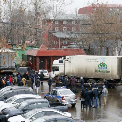 Mensjevik-fabriken som tillverkar karameller spärrades av efter skottlossning inne i byggnaden.