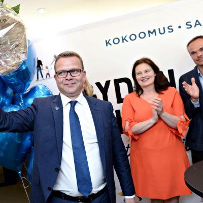 Petteri Orpo tuulettaa kuntavaalien voittoa Helsingissä sunnuntai-iltana 13. kesäkuuta 2021.