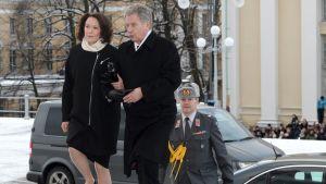 Presidentparet på väg in i Domkyrkan