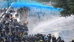 protester i Hongkong 15.9.2019, polisen skjuter blåfärgat vatten