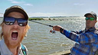 Peltsi ja Tom kalastamassa