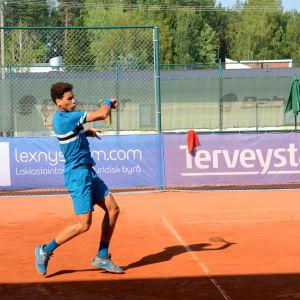 George Loffhagen spelar tennis.