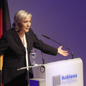 """Ytterhögerledaren Marine Le Pen höll ett brandtal mot EU, invandrare och asylsökare i vid det så kallade """"motståndsmötet"""""""