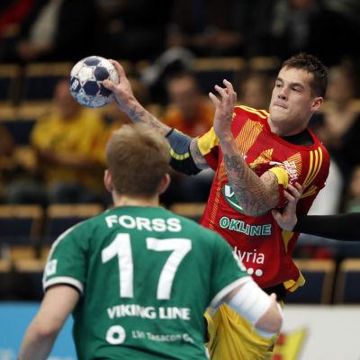 Nico Rönnberg försöker göra mål i cupfinalen i handboll mot GrIFK.