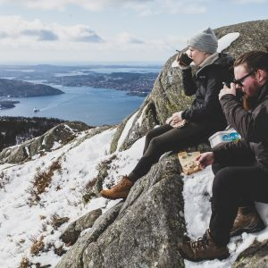 Elin och Andreas Söderlund sitter på Fløyfjellets topp och dricker kakao.