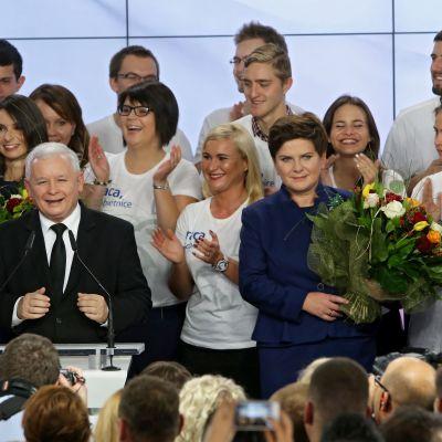 Laki ja oikeus -puolueen puheenjohtaja Jaroslaw Kaczynski ja puolueen pääministeriehdokas Beata Szydlo juhlivat vaalivoittoa Varsovassa.
