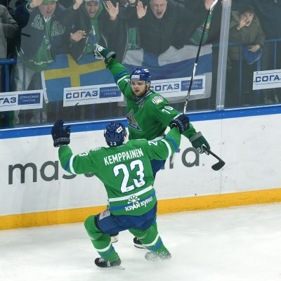 Joonas Kemppainen och Teemu Hartikainen firar.