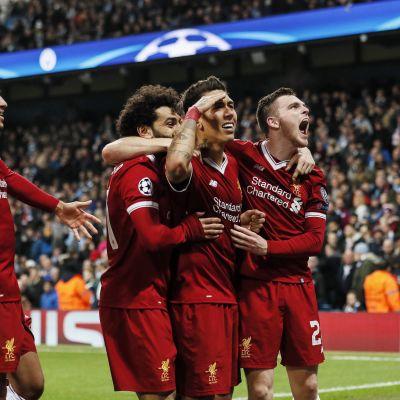 Liverpool firar ett mål i Champions League.