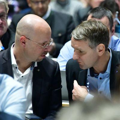 Andreas Kalbitz ja Björn Höcke keskustelevat AfD-puolueen kokouksessa.