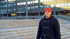 Sebastian Nyberg står vid Narinken i kampen, i bakgrunden gråa hus.