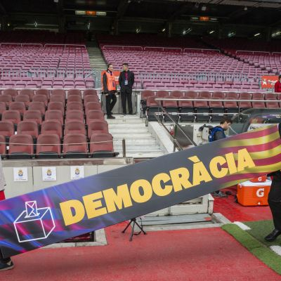 """Skylt med texten """"Demokrati"""" tas bort under Barcelonas match mot Las Palmas, 2017."""