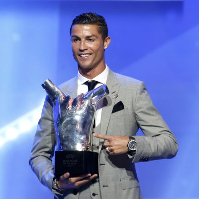 Cristiano Ronaldo med en pokal