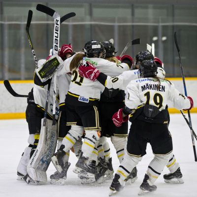 Urheilujuttuja: Kärppien naiset mestaruusputkessa - Ilves nurin Raksilassa