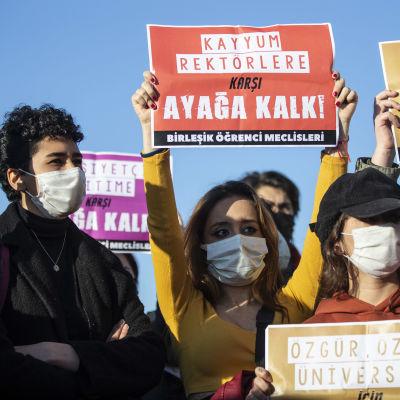 Studenter demonstrerar utanför domstolen i Istanbul.