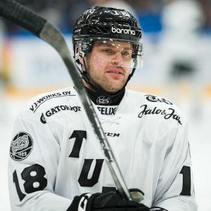 Zach Budish på isen.