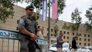 Beväpnade vakter utanför USA:s nya ambassad i Jerusalem