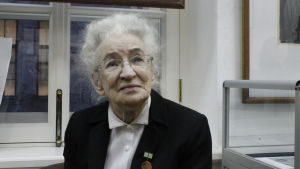 Nadezjda Nesjatajeva sitter framför ett fönster. Hon överlevde belägringen tack vare sin farmor.