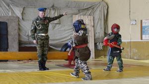 Barn tränar bland annat kampsporter i klubben Jaktfalken i Kirisji nära S:t Petersburg.