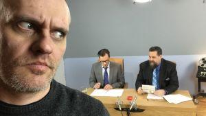 Lasse grönroos i förgrunden tittar över axeln mot André Wickström och Stan Saanila