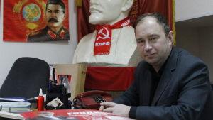 Sergej Butuzov vid sitt arbetsbord. Han är kommunistpartiets chef i staden Kirisji 150 kilometer öster om S:t Petersburg.