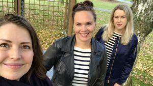 Tre leende kvinnor