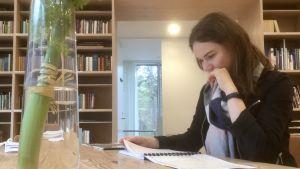 Kompositören Marianna Liik studerar Arvo Pärts anteckningar.