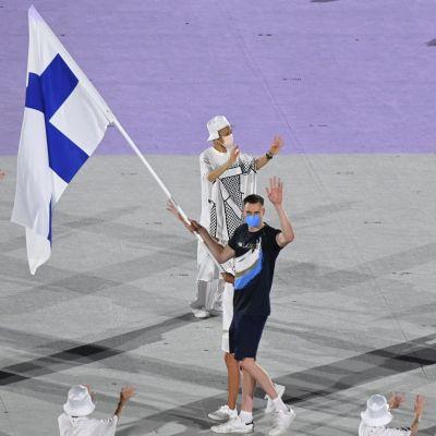 Finländska idrottare marscherar in.